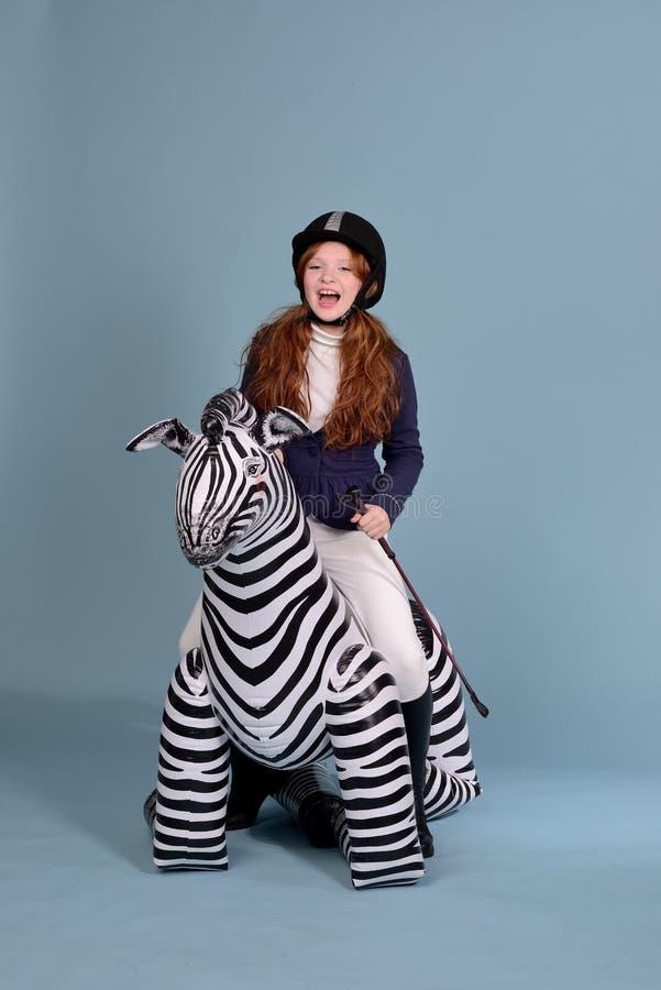Rêves roux de femme jockey de fille des chevaux images stock