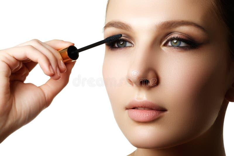 Rímel que aplica o close up, chicotes longos Escova do rímel eyelashes imagens de stock