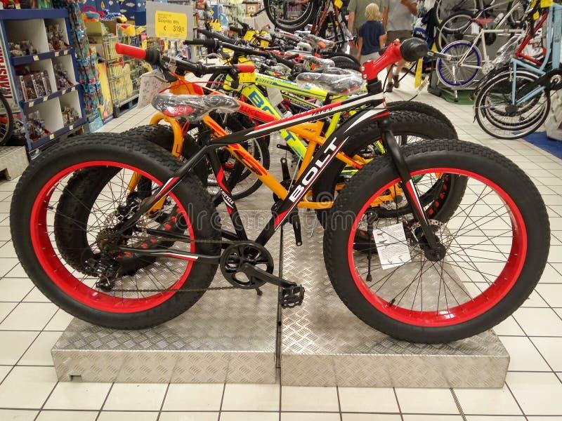 Rímini - bicis gordas en la tienda fotografía de archivo