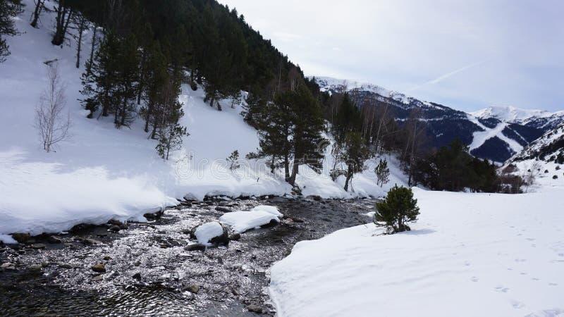 Río adentro con nieve fotos de archivo