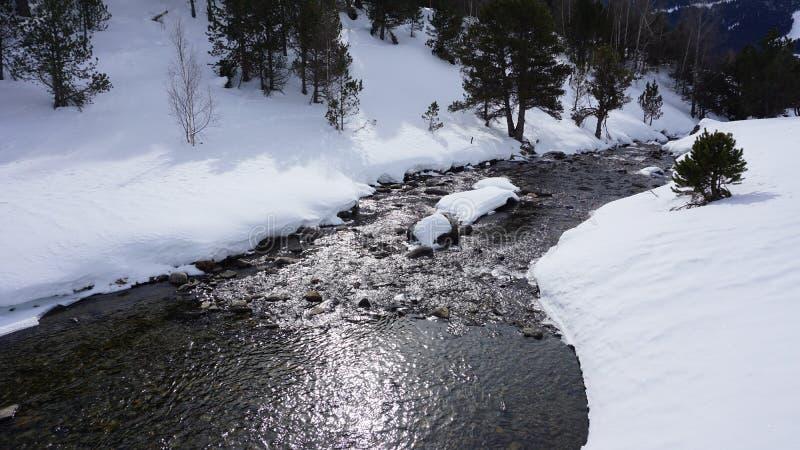 Río adentro con nieve foto de archivo
