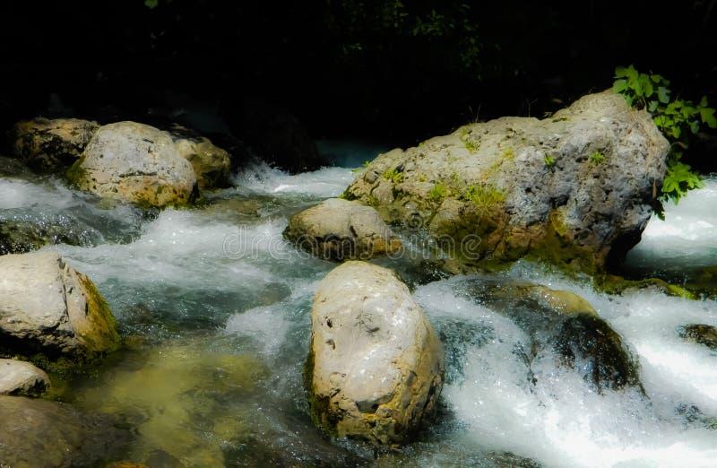 R?o, agua, piedras, espuma, umbral del r?o, dep?sito imagen de archivo