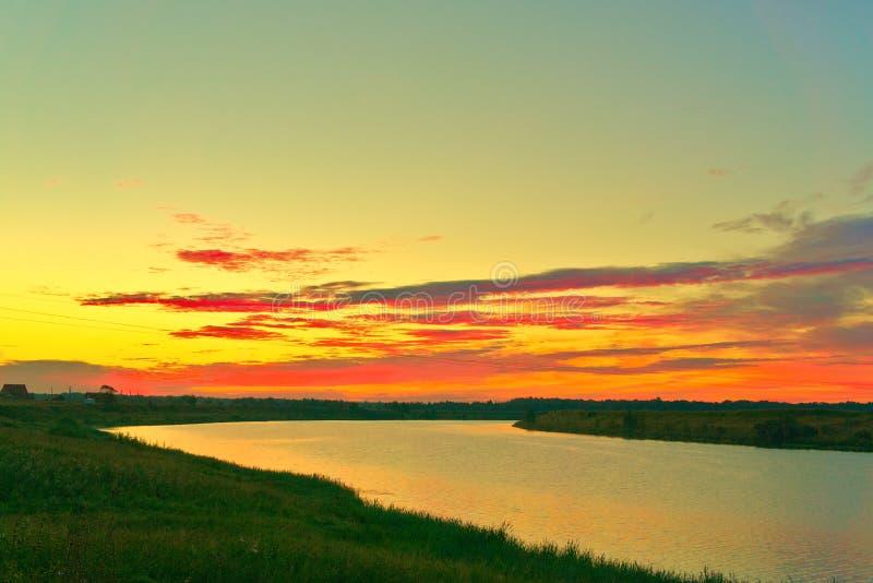 Río al amanecer en verano, antes del amanecer imagen de archivo