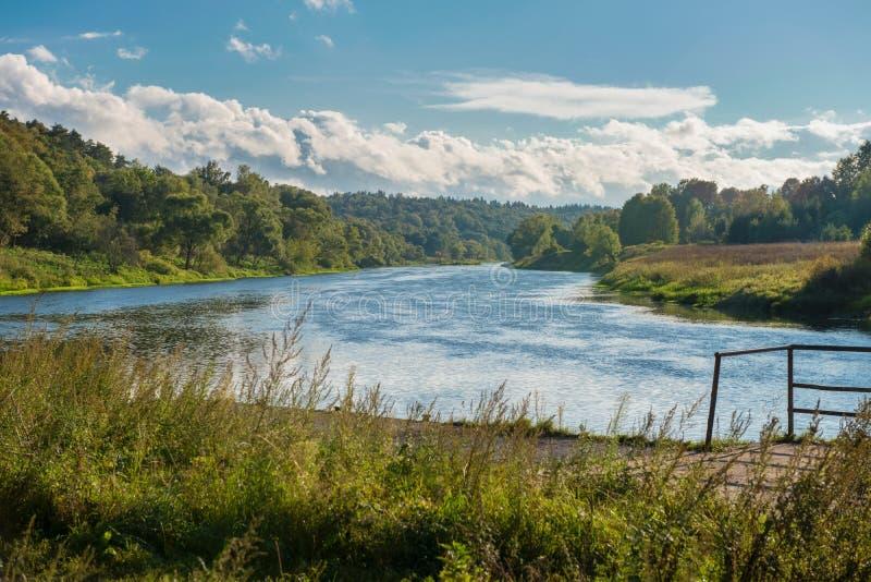 Río ancho en los bancos verdes fotografía de archivo