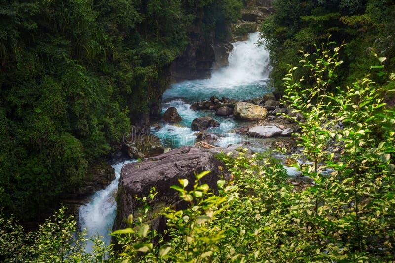Río azul en área de la protección de Annapurna, Nepal del modi de la cascada foto de archivo
