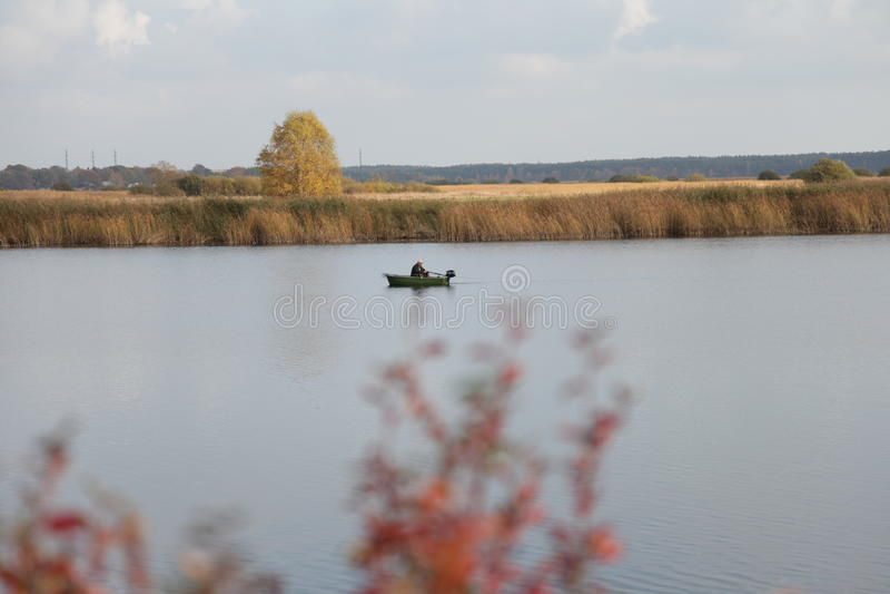 Río, barco, pesca, otoño fotos de archivo libres de regalías