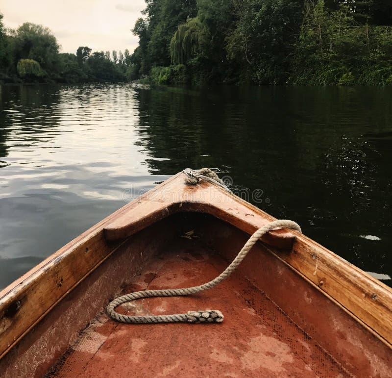 Río, barco y día asoleado fotografía de archivo