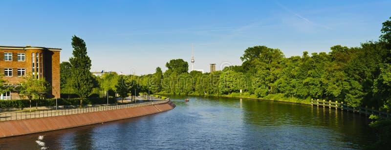 Río Berlín de la juerga del panorama foto de archivo