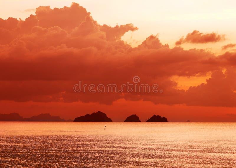 Río cerca que se ve una puesta del sol muy hermosa imagen de archivo