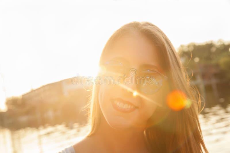 Río cercano femenino joven que toma Selfie fotografía de archivo