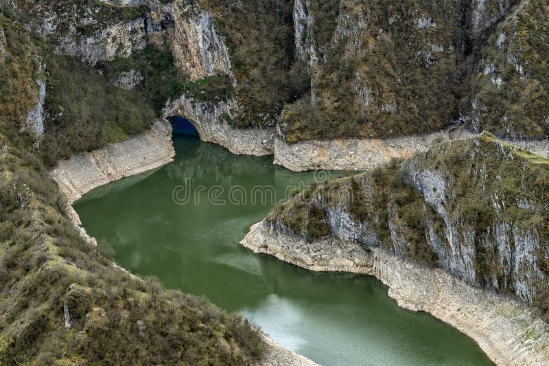 Río claro y limpio Uvac en Serbia con meandros fotos de archivo libres de regalías
