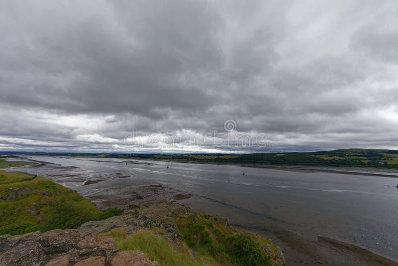 Río Clyde, Dumbarton, cerca de Glasgow, Escocia imagenes de archivo