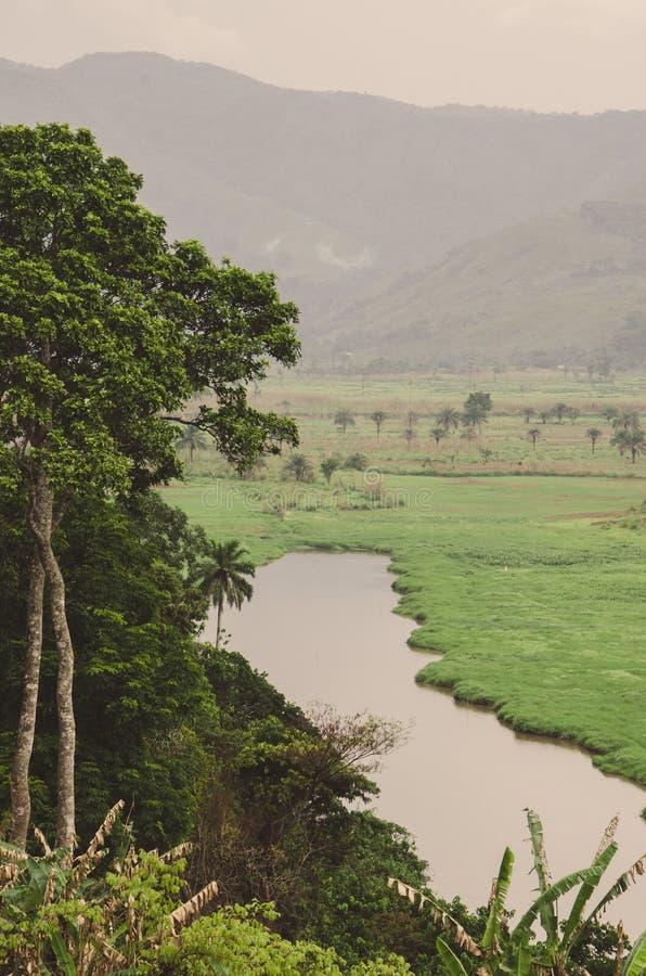 Río con las montañas y la vegetación enorme en Ring Road en el Camerún, África fotos de archivo libres de regalías