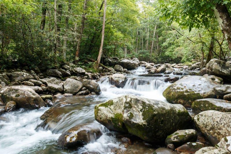 Río con los cantos rodados grandes y fluir del agua foto de archivo libre de regalías