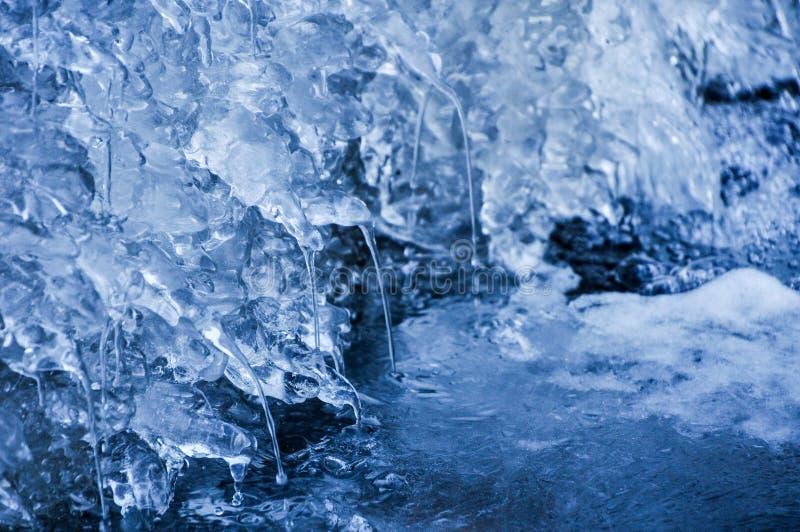 Río congelado y agua de goteo foto de archivo