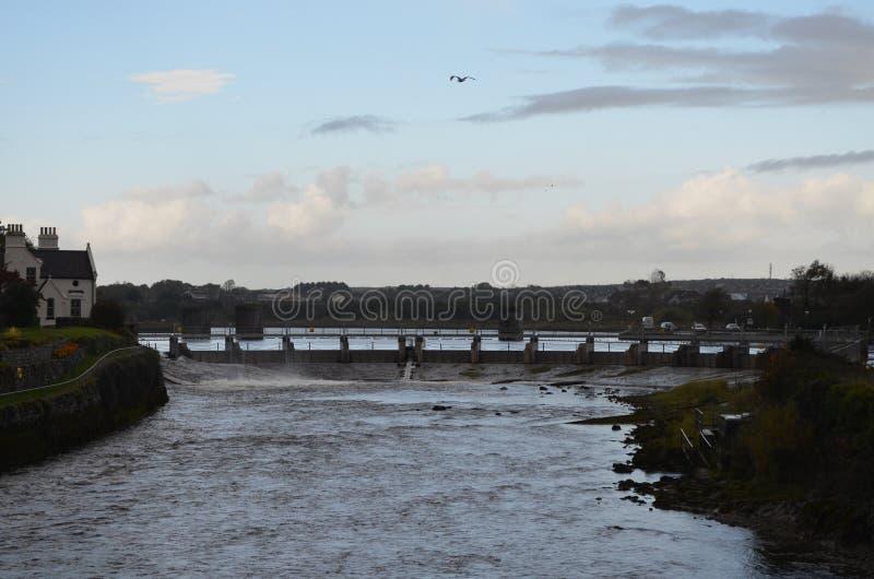 Río Corrib y presa cerca de una catedral en Galway, Irlanda imagenes de archivo