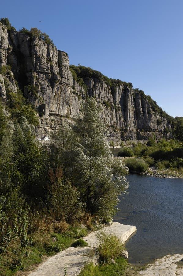Río de Ardeche cerca del pueblo de é del ¼ de VogÃ, pueblo del  de VogüeÌ, Rhone fotos de archivo libres de regalías