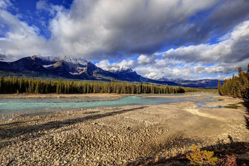 Río de Athabasca con el nivel del agua baja fotografía de archivo