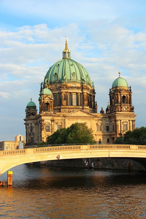 Río de Berlin Cathedral y de la diversión imagenes de archivo
