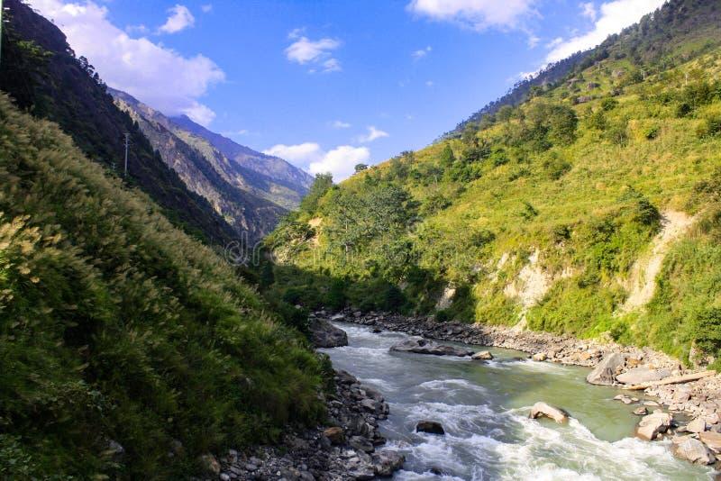 Río de Bhotekoshi con paisaje hermoso fotos de archivo