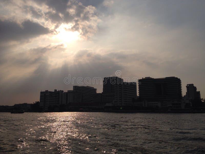 Río de Chawpraya de la luz de la parte posterior de Sun fotos de archivo