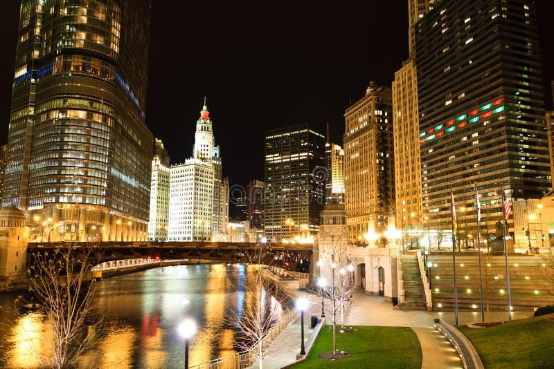 Río de Chicago en la noche imágenes de archivo libres de regalías