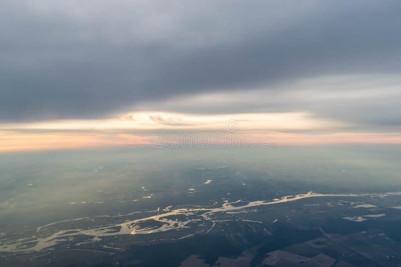 Río de Dnieper, llenado de la luz caliente de la puesta del sol fotografía de archivo libre de regalías