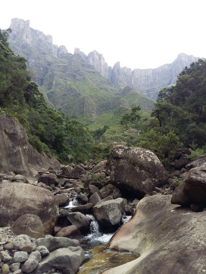 Río de Drakensberg Tugela imagenes de archivo