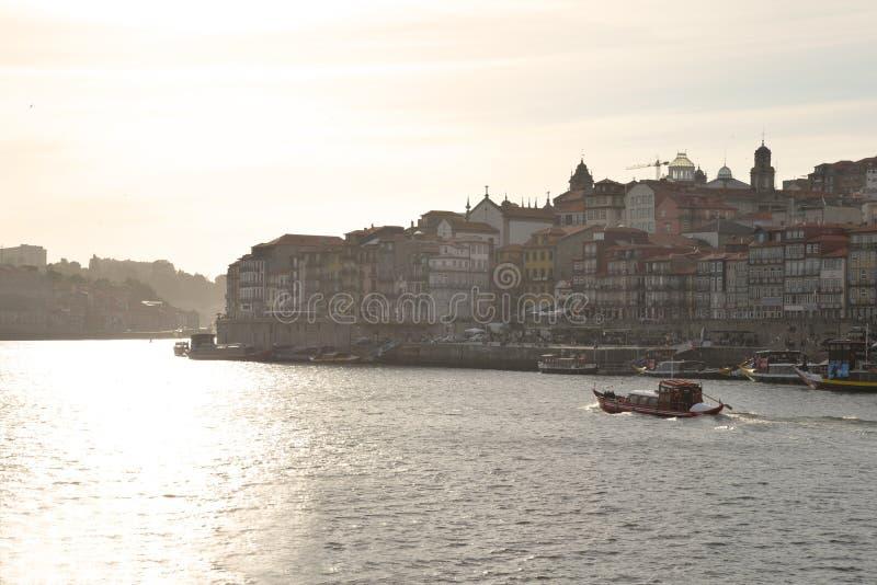 Río de Duoro en Oporto, Portugal Cuarto de Ribeira en la puesta del sol imagen de archivo
