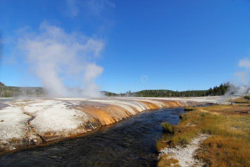 Río de Firehole en el parque de Yellowstone imagenes de archivo