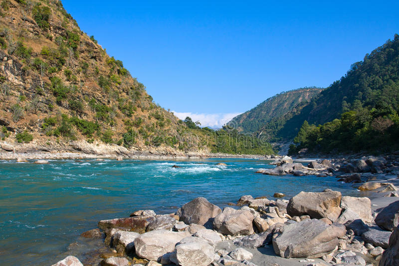 Río de Ganges en montañas de Himalaya imagen de archivo libre de regalías