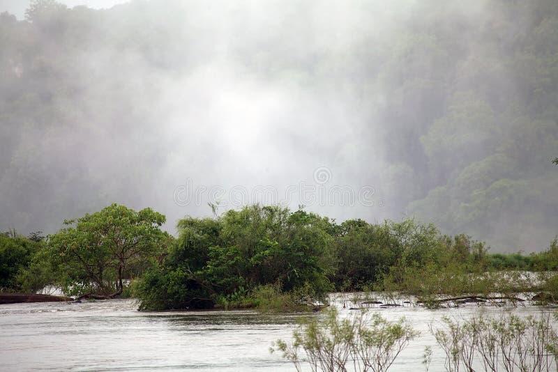 Río de Iguazu cerca de la garganta del diablo de las cataratas del Iguazú en el lado de Argentina imagenes de archivo