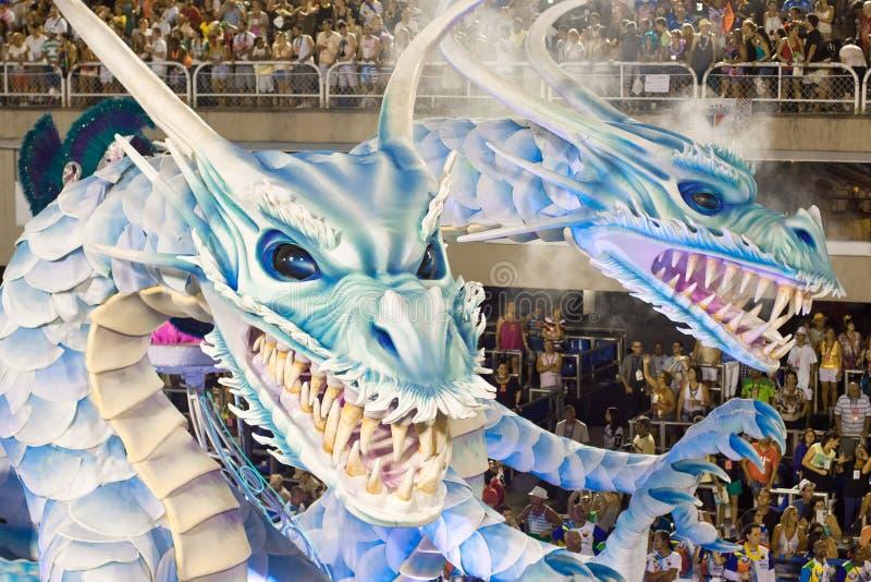 RÍO DE JANEIRO - 11 DE FEBRERO: Muestre con las decoraciones de los dragones o fotografía de archivo