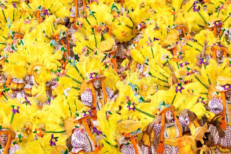 RÍO DE JANEIRO - 11 DE FEBRERO: Bailarines en traje en el carnaval en foto de archivo libre de regalías