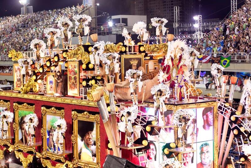 RÍO DE JANEIRO - 11 DE FEBRERO: Muestre con las decoraciones en carnaval foto de archivo