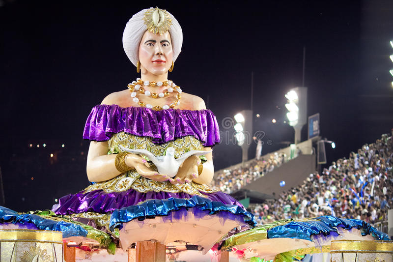 RÍO DE JANEIRO - 11 DE FEBRERO: Muestre con las decoraciones en carnaval imagen de archivo