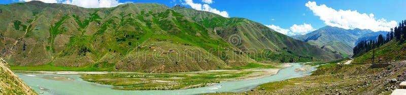 Río de Kunhar en la visión panorámica imagenes de archivo