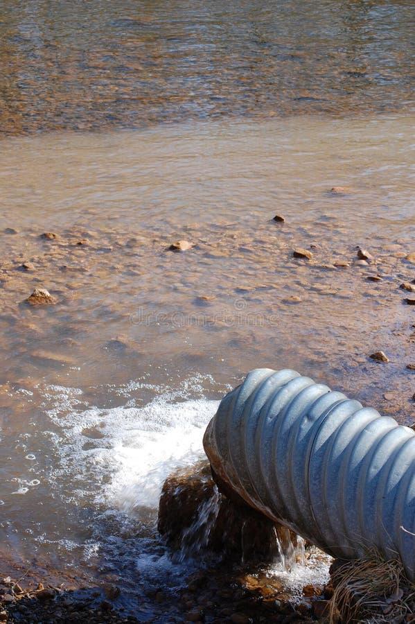 Río de la contaminación del tubo de alcantarilla imagen de archivo libre de regalías