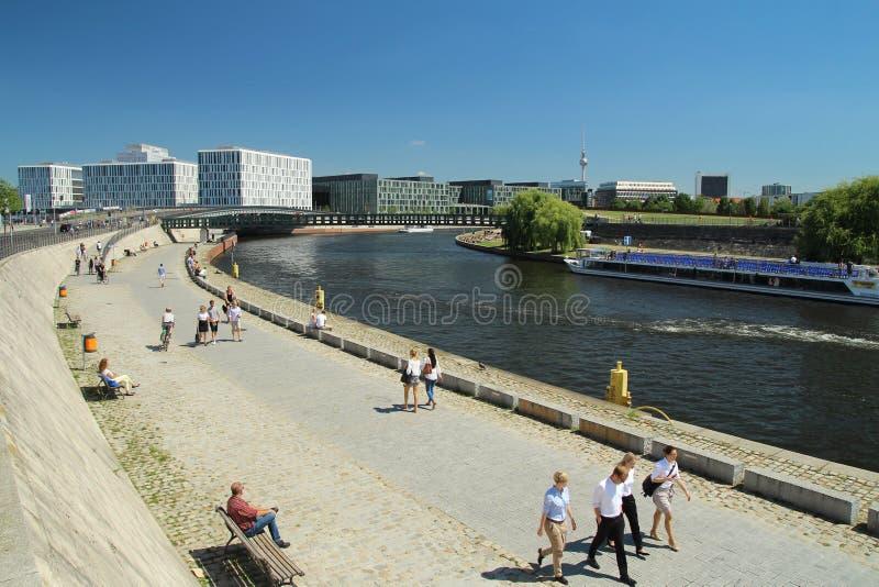 Río de la diversión en el centro de Berlín imagenes de archivo