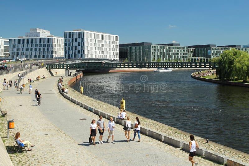 Río de la diversión en el centro de Berlín imagen de archivo