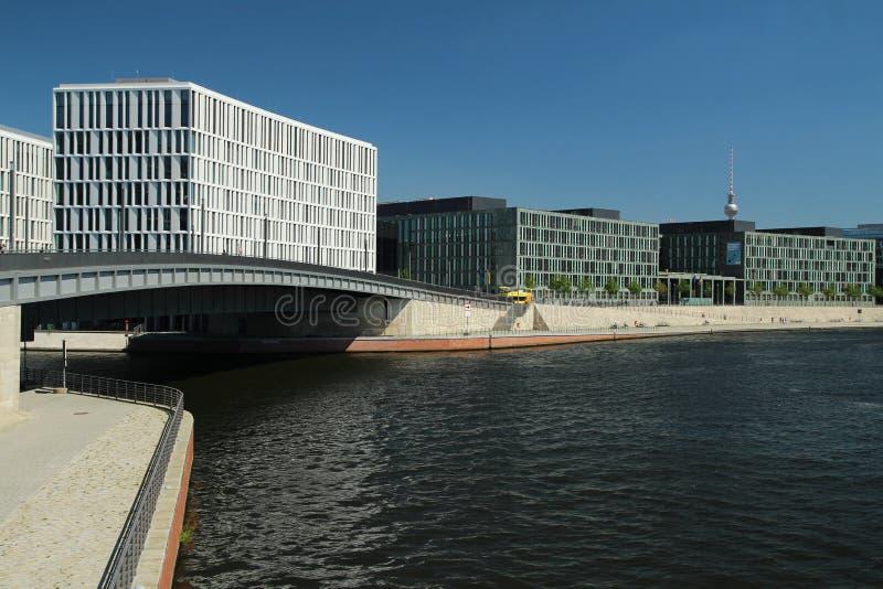Río de la diversión en el centro de Berlín fotos de archivo