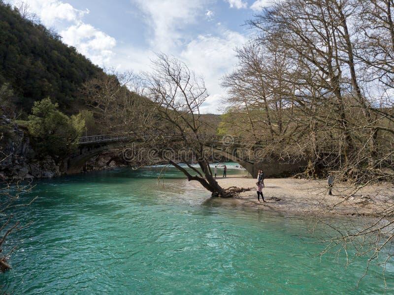 Río de la garganta de Vikos en Grecia septentrional tomada en abril de 2018 foto de archivo libre de regalías
