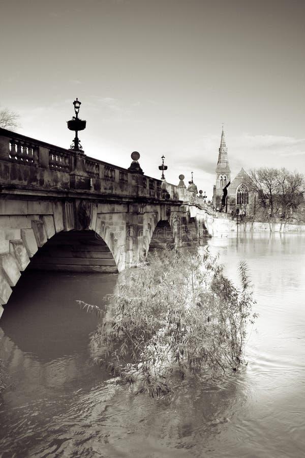 Río de la iglesia del puente imagen de archivo libre de regalías