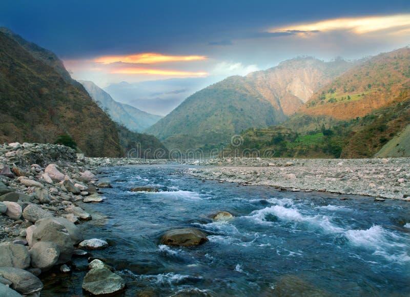 Río de la montaña del Himalaya fotos de archivo