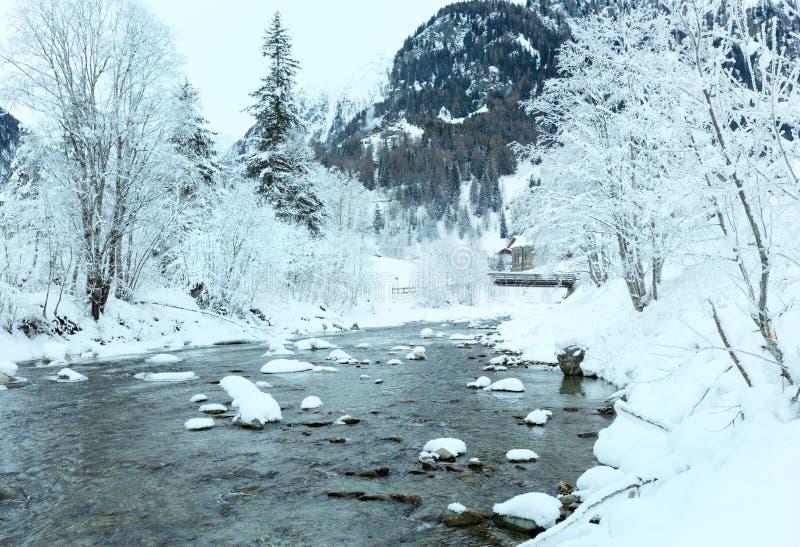 Río de la montaña del invierno imagenes de archivo