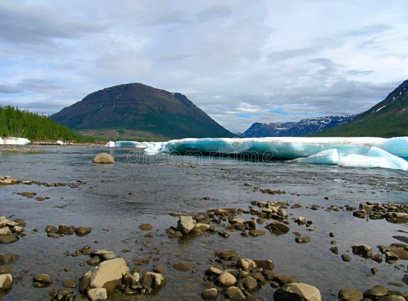 Río de la montaña en hielo foto de archivo