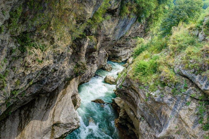 Río de la montaña en la garganta imagenes de archivo