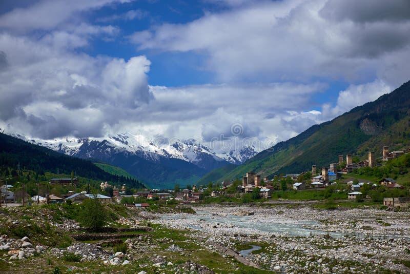Río de la montaña en Mestia en primavera al principio del acuerdo imágenes de archivo libres de regalías