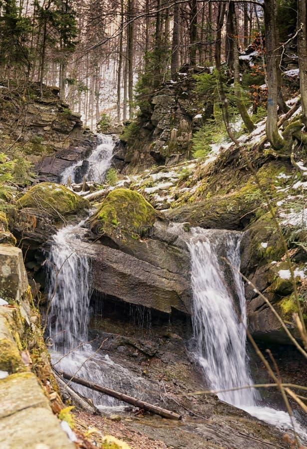 Río de la montaña en primavera temprana imagen de archivo libre de regalías