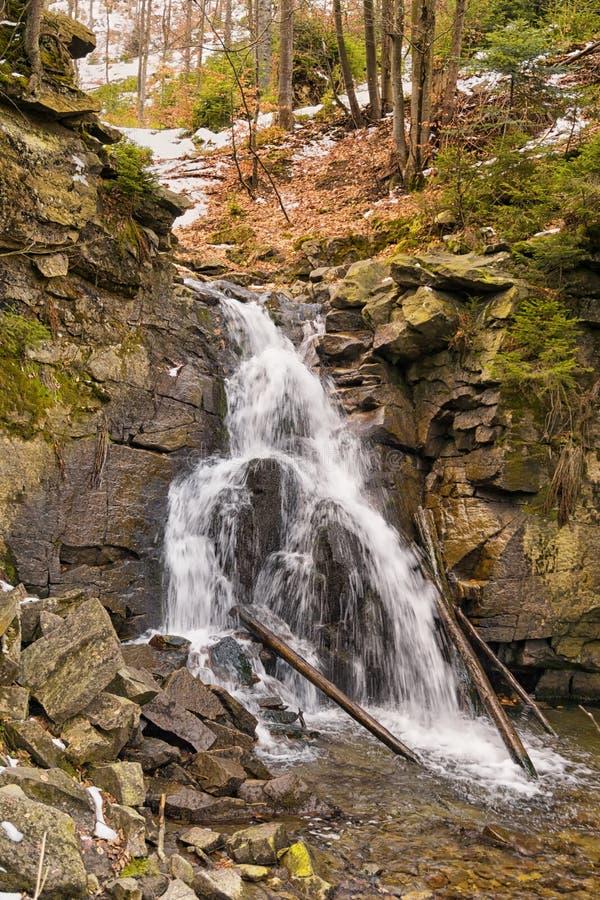 Río de la montaña en primavera temprana fotografía de archivo